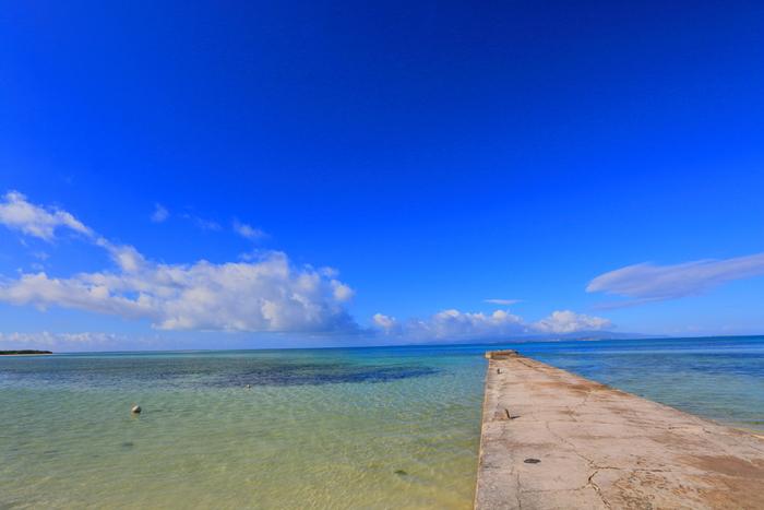 昭和13年に造られた石造りの西桟橋は、国の有形文化財にも登録されており、竹富島を代表する景勝地の一つです。