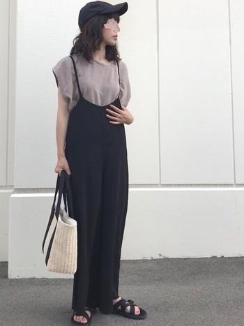サロペットを合わせる場合、ストンと落ち感のあるデザインを選ぶと女性らしく洗練されたスタイリングになります。インナーのTシャツをアースカラーにすることで落ち着いた印象になり、大人のサロペットスタイルが叶います。