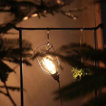 照明をS字フックにぶら下げるのもかっこいいインテリアです。インダストリアルな雰囲気でおしゃれですね。