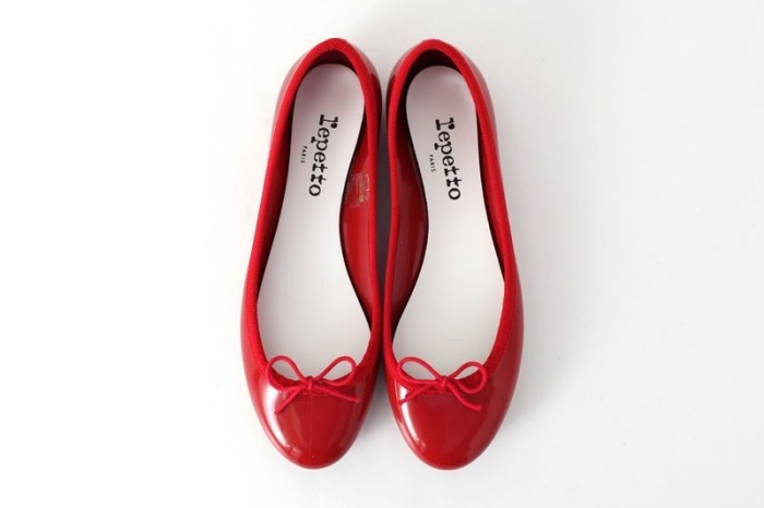 前出のシンプルなワンピースに、ヴィヴィッドな赤のバレエシューズはいかが?白い靴下に合わせてもとても可愛いですよ。