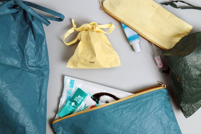 巾着タイプとジッパーの2種類の形の他、リップや薬などが入るSサイズから、タオルや衣類など大きなものを収納するにちょうどよいLサイズまで、サイズもカラバリも豊富なので、何種類も欲しくなってしまいそう。どの色と組み合わせても、すっきりまとまるのも◎。