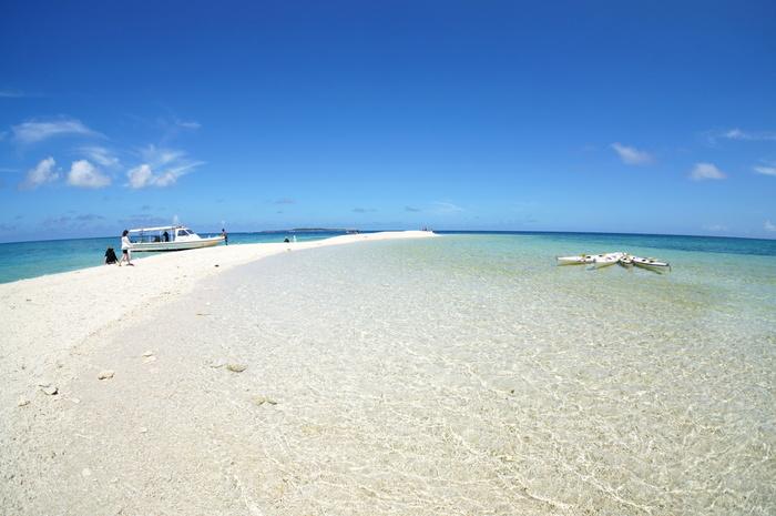 バラス島は、西表島北部にある上原港の沖合にぽっかりと浮かぶサンゴ礁州島です。この島は、「バラス」と呼ばれるサンゴのかけらのみからできています。どこまでも続く透き通る青い海と陽射しを浴びてキラキラと輝く白いバラスのコントラストの美しさは格別で、ここでは楽園のような雰囲気が漂っています。