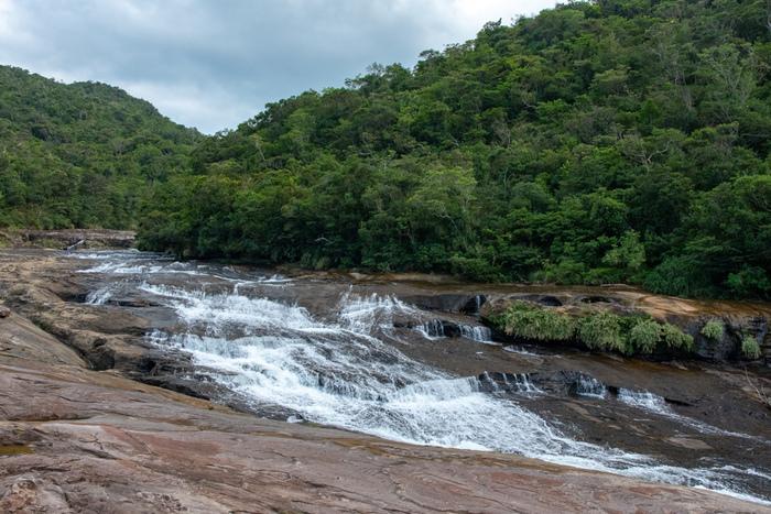 マリュドゥの滝のおよそ約250メートル上流には、「神の座の滝」という意味を持つカンピレーの滝があります。約200メートルにわたって、小さな滝が折り重なるように流れてゆく様は、「神の座」という名に相応しく、神秘的な雰囲気を醸し出しています。