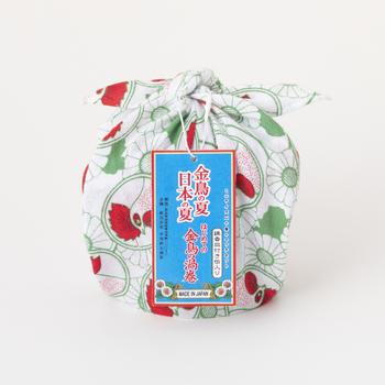 同じく、鶏の絵柄が全面にデザインされたハンカチに包まれてセットになっているので、このまま夏の贈り物としても喜ばれそう。