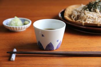 白地に紺色の柄で清潔感ある印象。日本の伝統的な柄なのに、不思議とどこか北欧っぽい雰囲気も漂います。