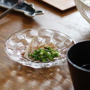 ガラスに施されたカットから放たれる陰影の美しさが印象的で、小さいながらも存在感はバツグンです。薬味用としてはもちろん、お寿司やお刺身の醤油用として使ったり、果物や小菓子を盛り付けても。
