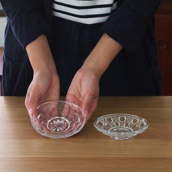 昭和初期に繁栄したハンドプレス製法で作られている復刻プレス皿。古き良き昭和の香りがするガラスの小皿は、どこかノスタルジックな印象です。