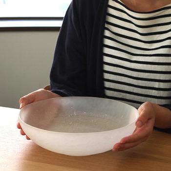 1899年創業の日本屈指のガラスメーカー「廣田硝子」の、氷砂糖のような質感を持つ吹雪シリーズの大鉢。程よい深さに緩やかなラインが上品で、さまざまな料理に使いやすそう。