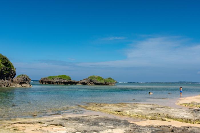 西表島の北端には、有孔虫の殻が堆積してできた星の形をした「星砂」がたくさん落ちているビーチ、星砂の浜があります。ここでは、浅瀬の場所でもサンゴ礁が広がっているため、海水浴だけでなく、シュノーケルスポットとしても人気がある場所です。