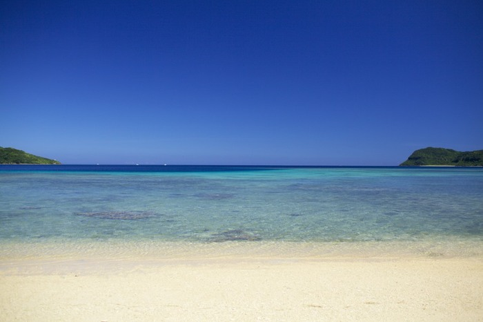 2018年のトリップアドバイザーによる「日本のベストビーチ トップ10」で第6位に輝いたイダの浜は、船浮集落内にあるビーチです。ここは抜群の透明度のうえに、遠浅で波も穏やかな海なので、恰好の海水浴スポットです。