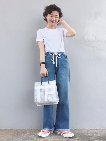 白Tシャツ×デニムは相性抜群!夏ならではの爽やかな着こなしですね♪切りっぱなしのフリンジがどこかレトロな雰囲気をかもし出しています。アクセントに効かせたピンクのスニーカーも素敵です。