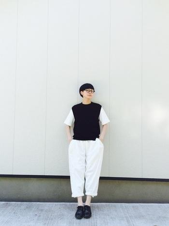 ベストのインナーに白Tシャツを合わせた、トラッド感あふれるモノトーンコーデ。さり気なく足首見せすることで、ぬけ感が出て小洒落た雰囲気に。白と黒、たった2色でこんなに素敵なコーデが完成します。