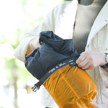 アウトドアで活躍する、小分け用のザックを、旅行の荷物整理などに気軽に使えるようにと、ラフな仕様で作られた「スタッフバッグ」。