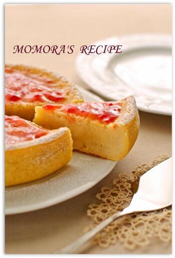 ホットケーキミックスと炊飯器で簡単に出来るヨーグルトケーキ。バターやオイルは不使用でヘルシー、デコレーションはイチゴジャムで、お家にある材料だけでつくれちゃいます。