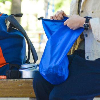薄手で高密度で、登山用品にも使われるリップストップ生地で作られたナイロンのスタッフバッグは、防水加工がされ、ステッチ部分もコーティングで目止めされているので、ちょっとした雨なら問題なく使えてとっても便利。