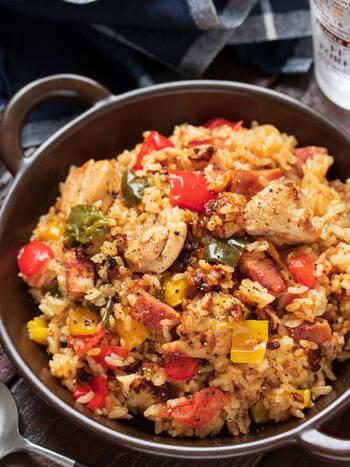 パエリアといえばフライパンで作るのが普通ですが、炊飯器で作れば火加減もお任せで気がラクですね。