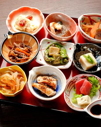 京のおばんざいを楽しめる創作和食の「みますや MONAMI」。ランチタイムには、ヘルシーなおばんざい小鉢が人気ですが、和の食材を使いながらフレンチを織り交ぜたオリジナルメニューを地酒やワインと一緒にリーズナブルに楽しめるとして、若い人も気軽に納涼床を体験することができます。