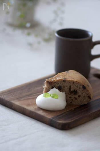 チョコチップが入った贅沢な味。材料を混ぜて炊飯器に流し込んでスイッチONするだけで出来るから、急な来客時にも。