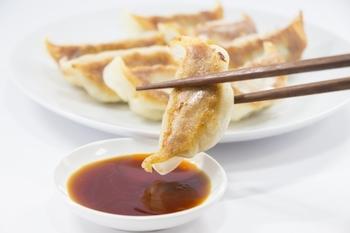 餃子のタレは基本的には、黄金比に従って醤油、お酢、ラー油を混ぜ合わせるだけで完成します。ここにごま油をプラスすると、よりコクのある美味しいタレになります。