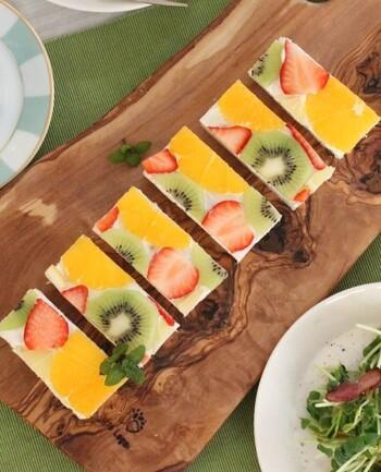 カラフルなフルーツがのった、ショートケーキみたいな「フルーツオープンサンド」。ギリシャヨーグルトを塗った食パンにフルーツを盛り付けるだけのお手軽レシピです。さっぱり軽い口当たりが楽しめますよ。フルーツは隙間を埋めながら少しパンからはみ出して置くのがポイント♪