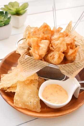 スイートチリソースにマヨネーズをアレンジした子どもにも人気の優しい味わいのタレレシピです。さくさくの揚げ餃子によく合います。スイートチリソースだけよりも、まろやかさが加わるので、スナック感覚で食べられます。