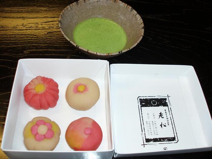 また、京菓子の伝統を守り伝える活動のひとつとして「和菓子体験教室」も実施されています。和菓子の素になる「ねりきり」を使い、歴史や季節を感じながらオリジナルの和菓子を作ることができますよ。ちょっぴりいびつな形も、手作りならではの愛着がわいてきますね♪