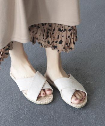 レイヤードしたお洒落なスカートには、カジュアルなぺたんこサンダルを。同じトーンのスカートとサンダルに、トーンは同じでも色味の違うネイルカラーでアクセントを付けましょう。