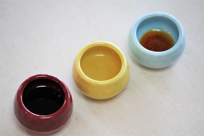 おうちで作る餃子のタレの黄金比は、醤油:お酢:ラー油を5:4:1。この分量で調味料を混ぜ合わせると、誰もが美味しいと感じるベーシックなタレが出来上がります。