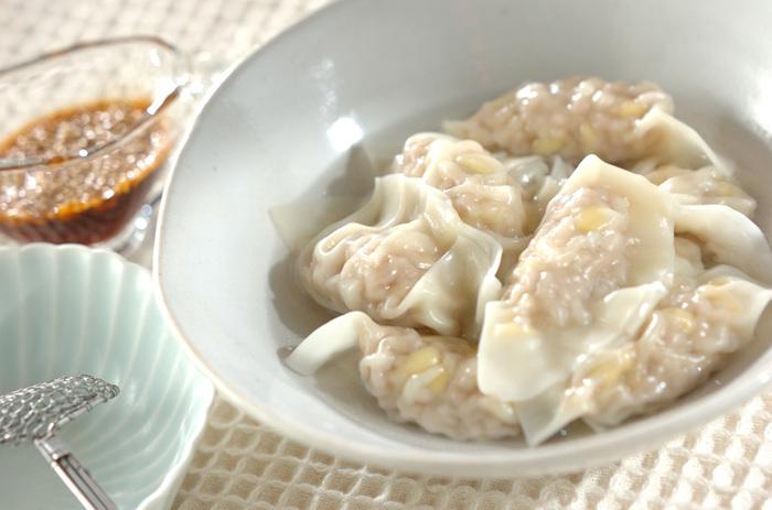 ポン酢醤油にラー油と白ごまを合わせたタレです。白ごまをたっぷりアレンジすることで、食感にアクセントが生まれます。水餃子のつるりとしたのど越しの良さを邪魔しません。