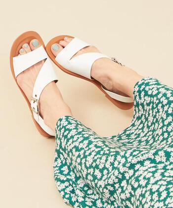 グリーンが綺麗なスカートには、花柄と同じ爽やかな白いサンダルを合わせて涼やかに。ネイルはミルキーな水色にして、夏コーデを満喫しましょう!