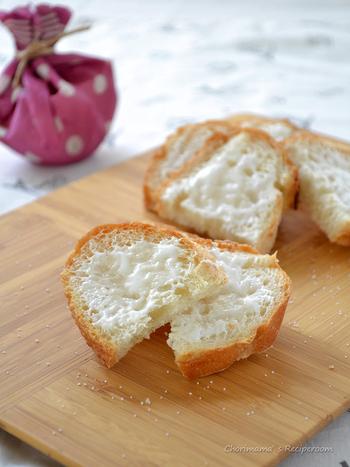 止まらないおいしさが魅力のラスク。甘味を引き立てるため、仕上げに焼き塩をひとつまみ振ります。余ったフランスパンを使って簡単に作ることができます。