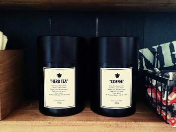 セリアで売っている茶筒にラベルを貼ってリメイク。英字のラベルを貼れば洋風に、漢字でラベルを作れば和風や中国風にアレンジできそう。