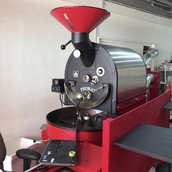 自慢のコーヒーは、世界中の産地から生豆を仕入れ、大きなロースターで自家焙煎するというこだわり。