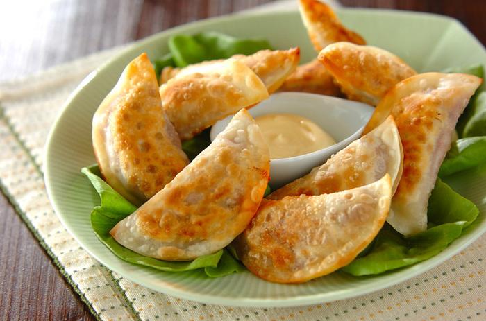 子供が大好きなマヨネーズも餃子によく合う調味料のひとつです。こちらもさっくりと揚げた餃子に良く合います。