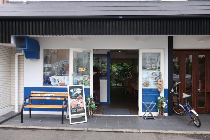 鶴岡八幡宮の裏手、鮮やかな青が目を引くこちらのお店は、2017年7月にオープンした「ライ麦ハウスベーカリー」。フィンランド人のご主人が作る、日本では珍しい北欧のパンが並びます。高温の溶岩釜で焼かれたふっくらしたパンは、午後には売り切れてしまう時も。