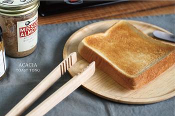 トースターからトーストを取り出すとき、あまりの熱さに思わず取り落としそうになってしまったことはありませんか?このトーストトングがあれば、指先をやけどしてしまうこともありません。