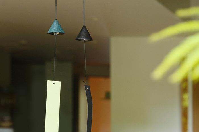 1997年に設立された、山形鋳物を扱う「鋳心ノ工房」の「鉄の風鈴」。山形鋳物の伝統美を活かしながら、現代の暮らしにもマッチする円錐形のモダンなデザインが魅力的な風鈴は、左から「緑」「黒」」の2色展開。