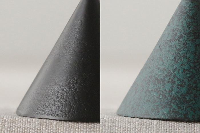 重厚な遺物の質感も素敵な円錐部分には、屋外で使用しても、変形や変色などが起こりにくくなるよう、アクリル焼つけ塗装が施されているので、長く愛用できそう。