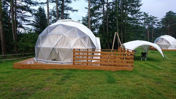 """「グランピング」の宿泊スタイルとして最も代表的なのが、テント泊。""""THE テント""""といえば三角屋根ですが、種類は様々です。  【テントの種類一例】 ・三角屋根テント ・ドーム型テント ・ティピーテント(円錐型のテントで、インディアンテントとも呼ばれます) など"""