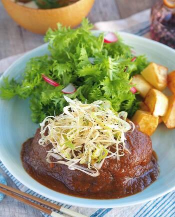 赤味噌を使った、ユニークな和風デミソース。玉ねぎの甘みが感じられる贅沢な味です。ソースは多めに作って冷凍しておけるそうですよ。