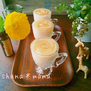 桃の飾りも可愛らしい、牛乳を使ったプリンです。ミルクプリンは桃の缶詰を混ぜているので砂糖は不使用、優しい甘さになっています。材料も、桃缶、牛乳、ゼラチンの3つなので、常備しておくといつでもすぐに作れますね。