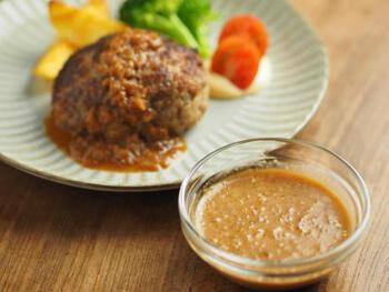 たっぷりの玉ねぎに、醤油・酢・にんにく・生姜・はちみつなどをミキサーにかけた本格的なソース。うまみ・甘み・酸味のバランスがよく、肉料理だけでなく、さまざなま料理に使えます。プロのような味わいをおうちでいかがですか?