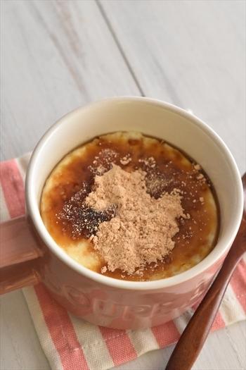 レンジで加熱して、冷やすだけの簡単プリンのレシピです。食べるときに黒蜜ときなこをトッピングするのでちょっと和風になっています。マグカップひとつでできるので、洗いものも少ないのがうれしい!