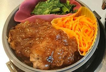 ファミリーレストラン「ココス」の人気の和風ハンバーグの味をおうちで。玉ねぎの甘みを感じる醤油味のソースが、お肉によく合います。あのお店の味が急に食べたくなったときなどにいかがでしょう?