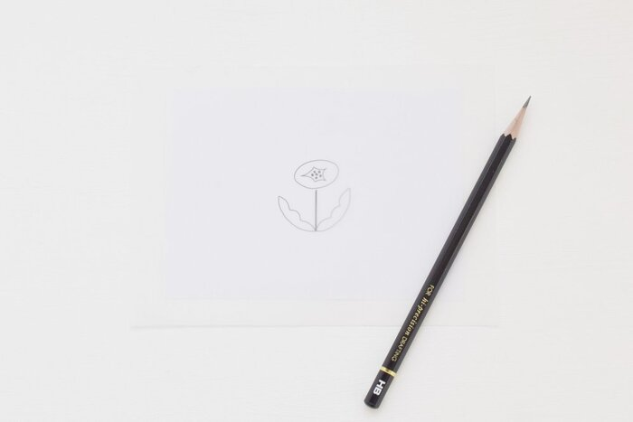 下絵を描くと言っても、絵を描くのが得意な方以外にはとても難しいですよね。そこで、活躍してくれるのが「図案」です。図案と言っても、複雑なものである必要はなくごくシンプルなもので大丈夫です。特に最初、描き方のコツをつかむまでは、細かすぎない絵柄を選ぶのがおすすめ。公式サイトにも素敵な図案がたくさんあります。まずは好みの図案探しを楽しんでみてくださいね。