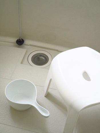 お風呂上がりにはなるべく壁やドアの水分は拭っておくという人も、小物まですべて拭き上げるとなるとキリがないですよね。特に湯桶の持ち手部分や椅子の脚など、普段の掃除が行き届きにくい箇所にはどうしても汚れが残りやすいため、1ヶ月に一度程度の定期的な水垢退治が必要となります。