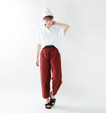 爽やかな白ポロシャツも、こっくりと深みのあるレッドのパンツに合わせて、サンダルやキャップをプラスしたらちょっぴり癖のある個性派のスタイルに。袖口や裾などが大きめのゆったりシルエットのものを選べば、余裕のある大人の印象に。