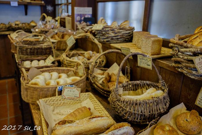 次にご紹介するのは、1948年創業からファンに愛され続けている鎌倉の有名店「KIBIYA BAKERY(キビヤベーカリー)」です。小さなカゴいっぱいに並ぶパンとお店に漂う良い香りは、パン好きさんにはたまらない空間。  保存料、添加物を一切使わず、国産小麦、全粒粉、ふすま、ライ麦に天塩と水だけで作るヘルシーなパンが揃います。自家製の天然酵母を使い、しっかりした酸味とずっしり重量感のある味わいが特徴です。定番は、たっぷりのフィリングに大満足の<チョコパン>や、滋味深い食パン<ライ>。