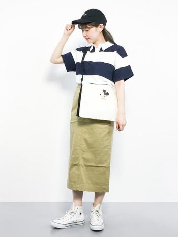 太ピッチが印象的なカジュアル感あふれるポロシャツは、タイトスカートを合わせることで、女性らしいレディライクなコーデに仕上がります。ポロシャツをインすることで足長効果も期待できますね。