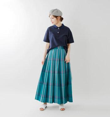 トラッドなアイテムで外せないのが、チェックのスカート。シャツを合わせても素敵ですが、ポロシャツを持ってくることでワンランク上の着こなしに。ウエストインで上下のバランスを整えることを忘れずに。